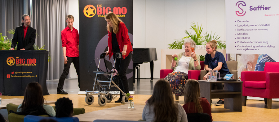Bewoner als tafelgast The Big Mo Talkshow schaterlachend
